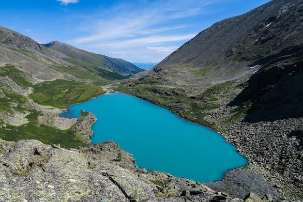 Akchan vue lac turquoise. montagnes de l'altaï. Photo Premium