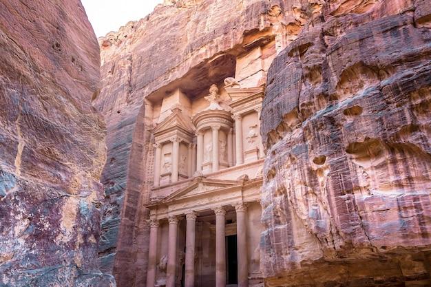 Al khazneh dans l'ancienne ville de petra, en jordanie. Photo Premium