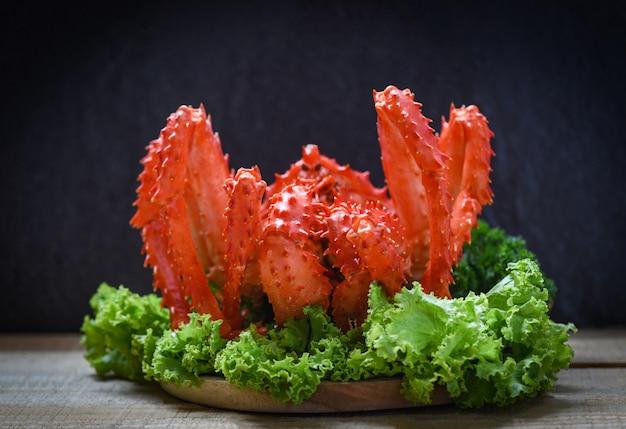 Alaskan king crab cuit à la vapeur ou bouilli salade de légumes et salade de laitue avec hokkaido au crabe rouge foncé Photo Premium