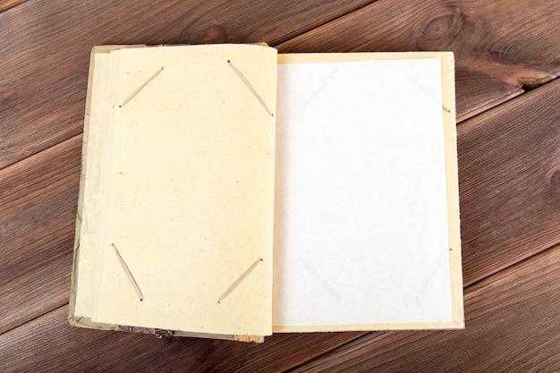 Album photo vintage en bois fait à la main Photo Premium