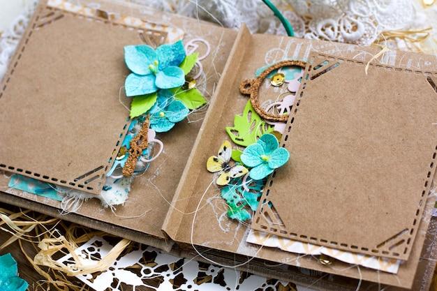 Album de scrapbooking de mariage de printemps dans un style rustique avec des fleurs d'hortensia faites à la main. Photo Premium