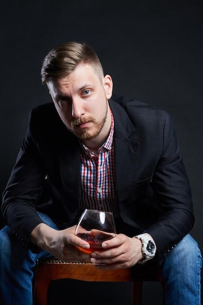 Alcoolisme masculin, homme avec un verre d'alcool dans la main Photo Premium