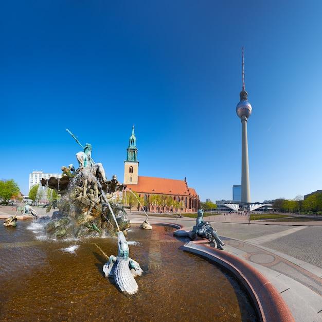 Alexanderplatz, la fontaine de neptune et la tour de télévision à berlin Photo Premium