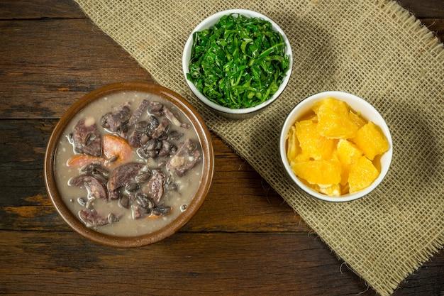 Alimentaire feijoada brésilien traditionnel. vue de dessus Photo Premium
