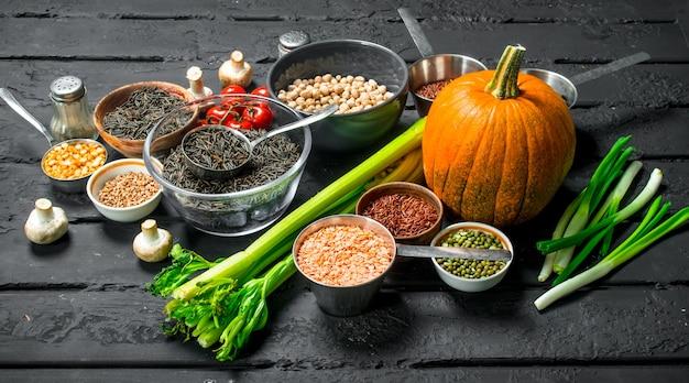 Alimentation Biologique. Différentes Gammes De Fruits Et Légumes Avec Des Légumineuses. Photo Premium