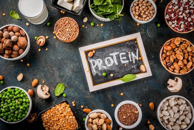 Alimentation saine alimentation végétalienne sources de protéines végétales tofu lait végétalien haricots lentilles noix lait de soja épinards et graines sur tableau blanc Photo Premium