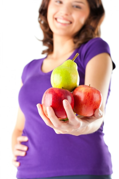 Une alimentation saine - femme avec des pommes et des poires Photo Premium