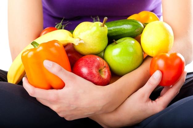 Alimentation saine - jeune femme aux fruits Photo Premium