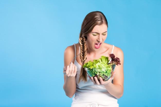 Alimentation saine - jeune femme avec une salade Photo Premium
