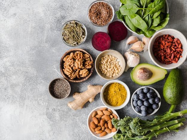 Alimentation saine et saine - légumes, fruits, noix, superaliments sur fond gris. Photo Premium