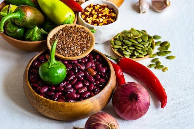 Aliments biologiques avec des céréales et des légumes Photo Premium