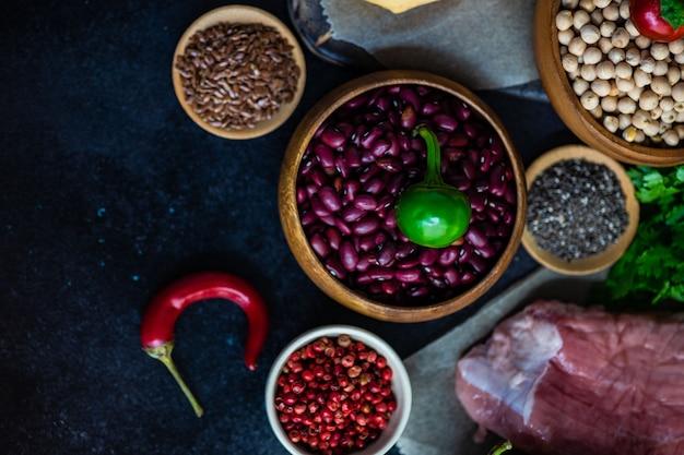 Aliments biologiques avec viande et céréales Photo Premium