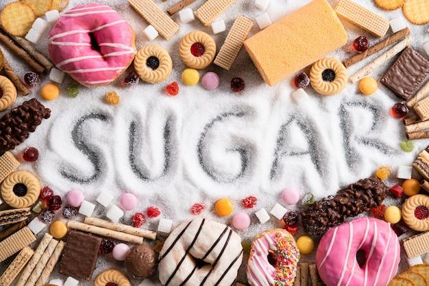 Aliments contenant du sucre. mélange de sucreries, d'abus et de dépendance, de soins corporels et dentaires. Photo Premium