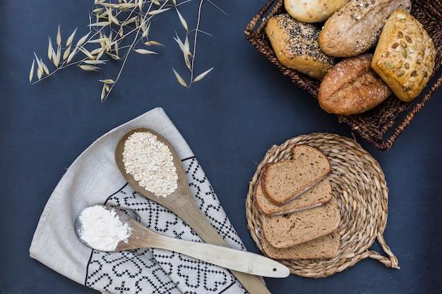 Aliments cuits au four avec une cuillère d'avoine et de farine Photo gratuit