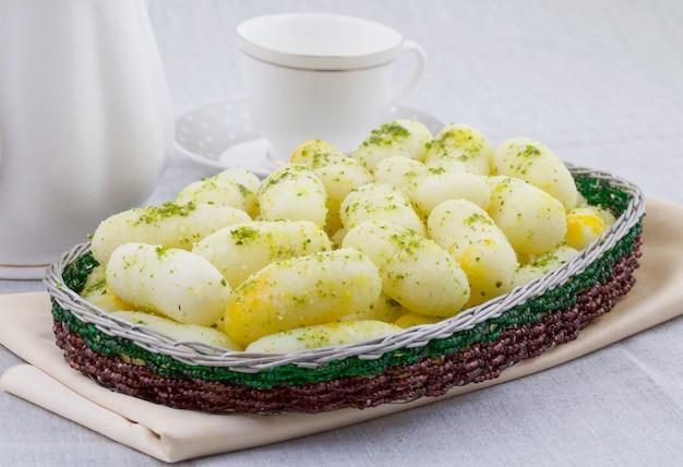 Aliments doux traditionnels indiens long rasgulla Photo Premium