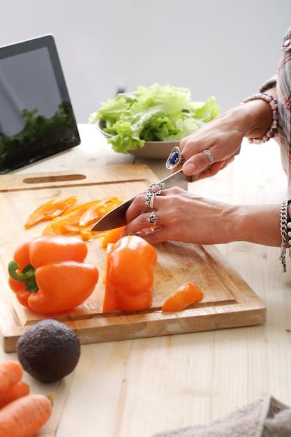 Aliments. fille à la cuisine Photo gratuit