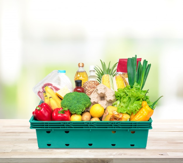 Aliments frais et épicerie dans un plateau sur le comptoir de la cuisine Photo Premium