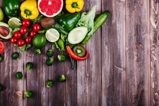 Des aliments frais et sains. avocabo, choux de bruxelles, concombres, poivrons rouge, jaune et vert Photo gratuit