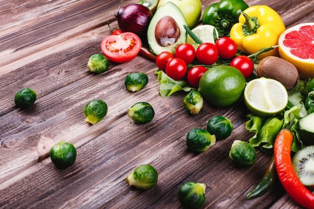 Des aliments frais et sains. avocabo, choux de bruxelles, concombres, poivrons rouges, jaunes et verts Photo gratuit