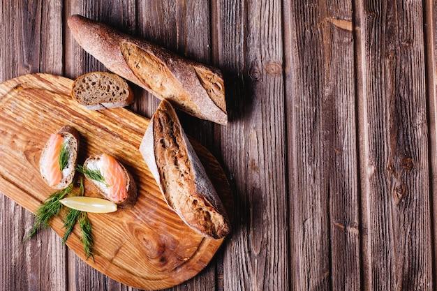 Des aliments frais et sains. idées de collations ou de repas. pain maison au citron et au saumon Photo gratuit