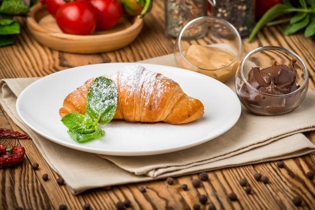 Aliments sains aliments beaux et savoureux sur une assiette Photo Premium