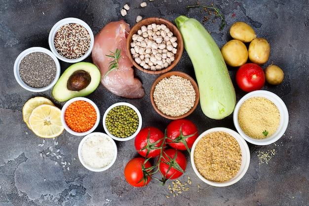 Aliments sains biologiques une sélection d'aliments propres comprenant certaines protéines empêche Photo Premium