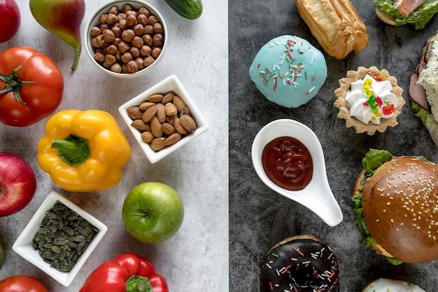 Aliments sains vs aliments malsains sur double fond Photo gratuit