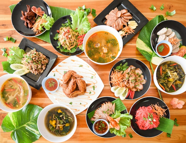 Aliments de table servis sur assiette aliments traditionnels du nord-est isaan délicieux sur assiette de légumes Photo Premium