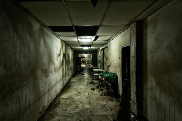 Allée abandonnée à l'hôpital psychiatrique Photo gratuit