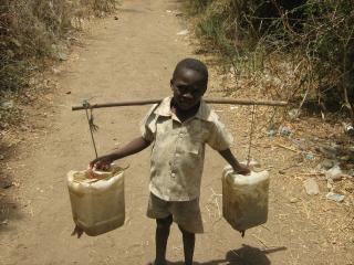 Aller chercher de l'eau Photo gratuit