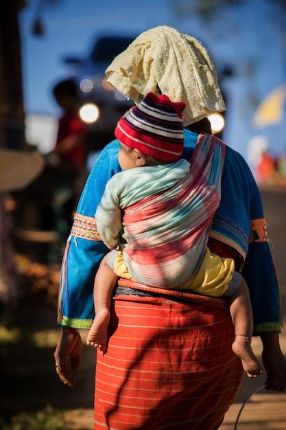 Aller ensemble, tribu de la colline de daraang à chiangmai nord de la thaïlande Photo Premium