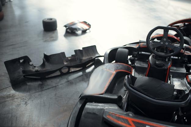 Aller Voitures De Kart Et Pneus Endommagés, Crash, Karting Photo Premium