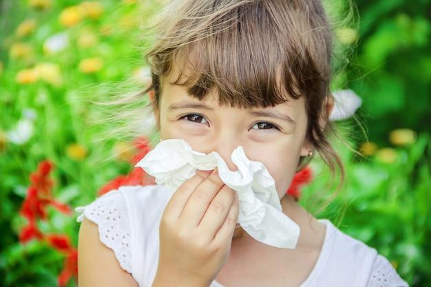 Allergie saisonnière chez un enfant. coryza. mise au point sélective. la nature. Photo Premium