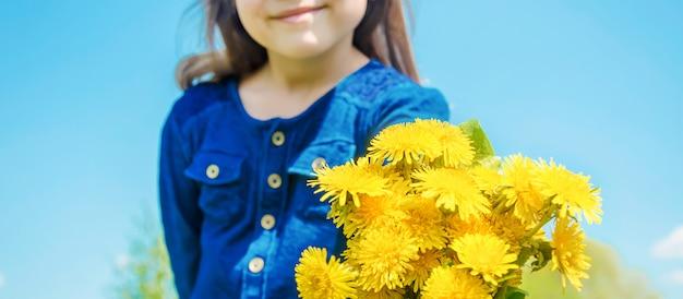 Allergie saisonnière chez un enfant. coryza. mise au point sélective. Photo Premium