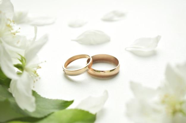 Alliance. Sur Fond Blanc Et Avec De Délicates Fleurs Blanches. Photo Premium