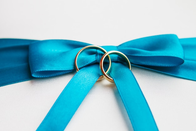 Alliances dorées sur l'arc bleu Photo Premium