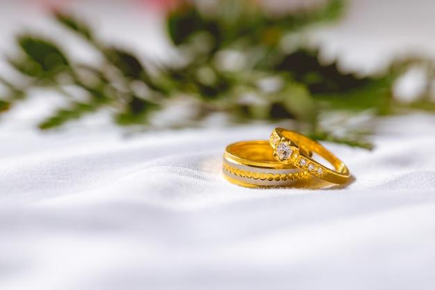 Les alliances du couple sont placées sur le tissu Photo Premium