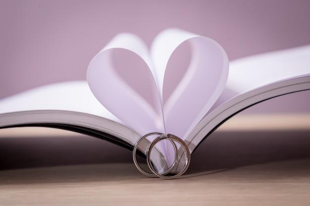 Alliances avec livre d'amour Photo Premium