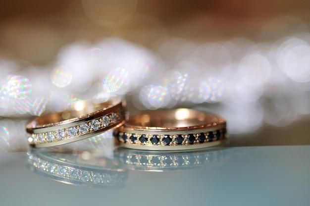 Alliances en or posées sur la table Photo Premium