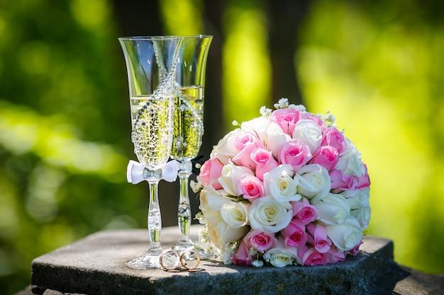 Alliances or avec roses et coupes de champagne Photo Premium