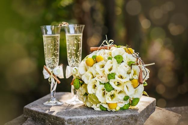 Alliances avec roses et coupes de champagne Photo Premium