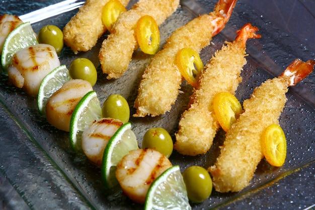 Allsorts De Peignes De Mer à La Sauce à L'orange Et Aux Crevettes Tigrées Crépitantes Photo gratuit