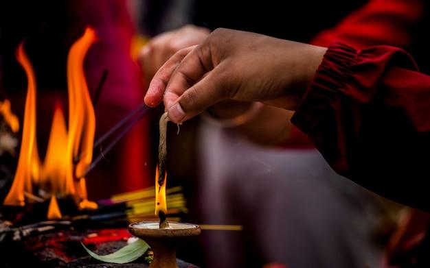 Allume une bougie pour avoir empiré dieu à katmandou, au népal. Photo Premium