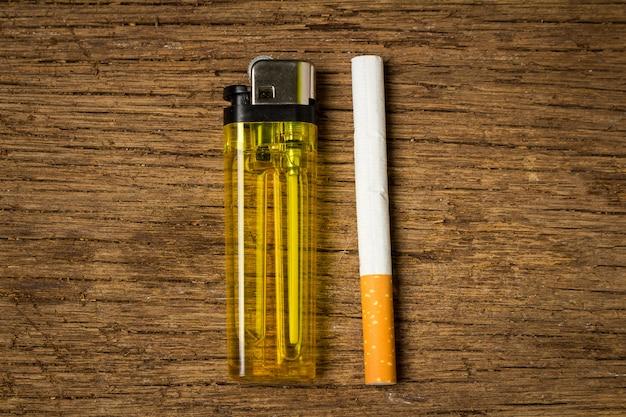 Allume-cigarette sur vieux bois Photo Premium