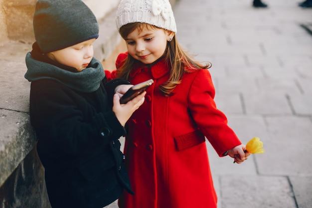 Allumer les enfants dans un parc Photo gratuit