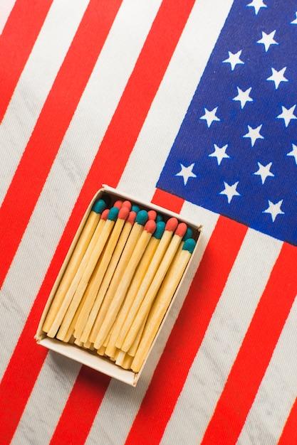 Allumettes Rouges Et Bleues Sur Drapeau Des Etats-unis Photo gratuit