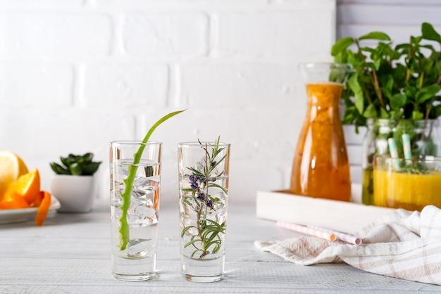 Aloe vera et gin de romarin et tonique sur une table rustique blanche. Photo Premium