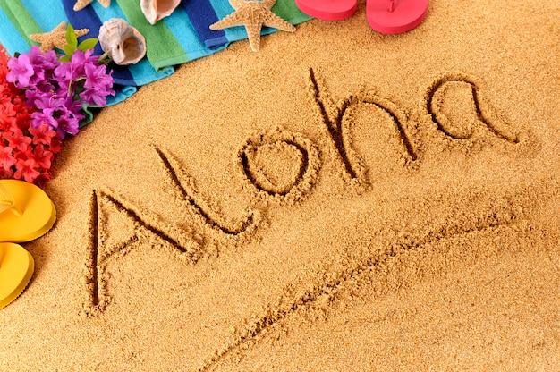 Aloha écrit Dans Le Sable Photo gratuit