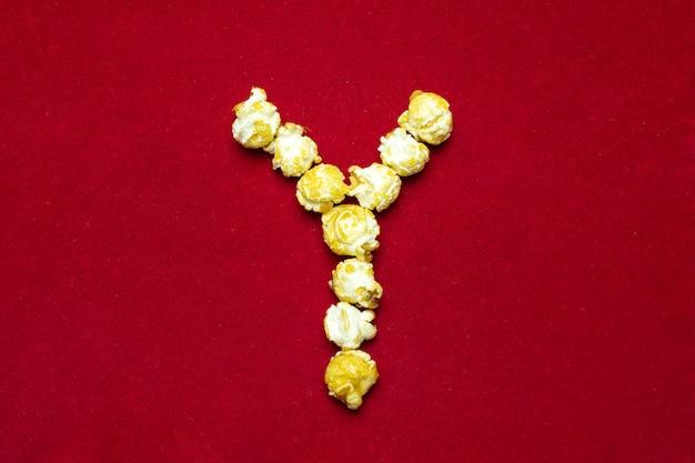 Alphabet anglais du cinéma pop-corn. lettre y. fond rouge pour la conception Photo Premium
