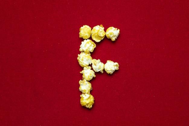 Alphabet anglais du cinéma popcorn avec la lettre f Photo Premium